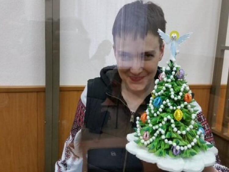 Такої б сили чоловікам при владі! Савченко принесла на засідання суду ялинку з янголом. У Новий рік із Надією.