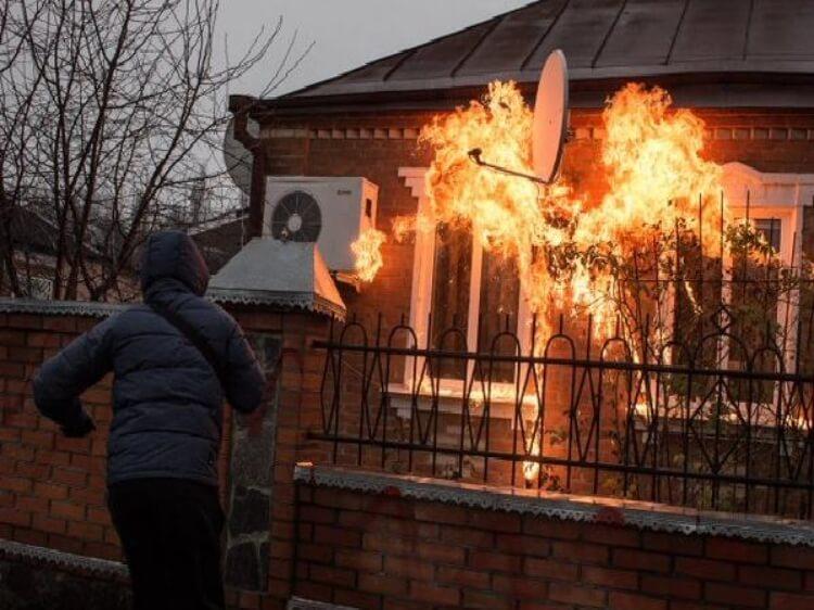 Акція Народного гніву – у Краснокутську місцеві та ативісти цивільного корпусу Азов закидали коктейлями Молотова будинок екс-очільника міліції