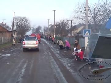 Українці зустрічають загиблого героя. Перед захисником встають на коліна, дякуючи за збережену країну. Поки є такі бійці і такий народ - Україні бути!